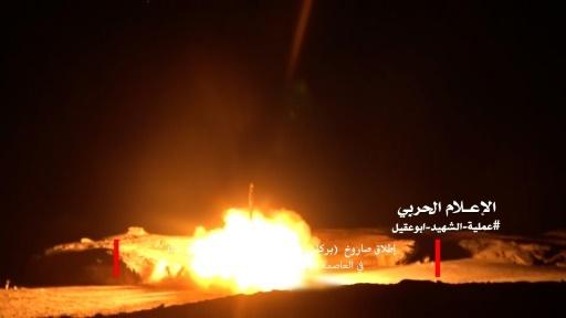 Capture d'écran d'une vidéo distribuée par les rebelles yéménites Houthis montrant, selon eux, le tir d'un missile en direction de l'Arabie saoudite, le 25 mars 2018 © - Anssarullah Media Center/AFP