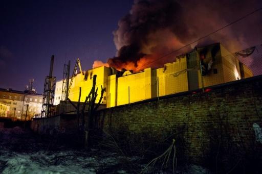 Des pompiers luttent contre le feu au centre commercial de Kemerovo, en Sibérie occidentale, en Russie, le 25 mars 2018 © Sergei GAVRILENKO Kommersant Photo/AFP