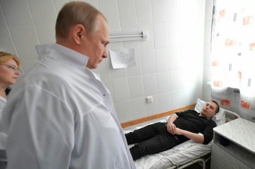Le président russe Vladimir Poutine rend visite le 27 mars 2018 à des personnes hospitalisées après avoir été blessées dans l'incendie d'un centre commercial à Kemerovo © Alexei Druzhinin Sputnik/AFP