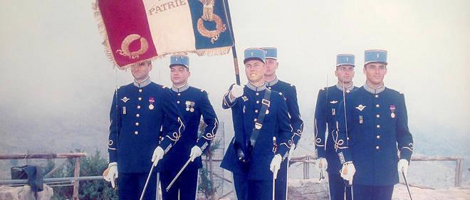 Vocation. Porte-drapeau en haut du Monte Mario, en Italie, en septembre 2000 (à droite, au 2eplan, le colonel Stéphane Chaon, mort le 2 février dans le crash de deux hélicoptères de combat, dans le Var).