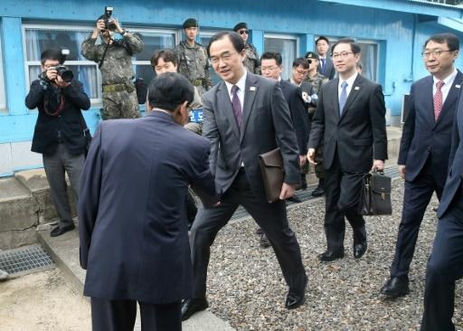 Le ministre sud-coréen de l'Unification, Cho Myoung-gyon, franchit la frontière pour assiter à des discussions relatives au sommet inter-coréen dans le village frontalier de Panmunjom, au coeur de la zone de tension, le 29 mars 2018  © - KOREA POOL/AFP
