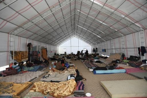 Des gens se reposent le 29 mars 2018 dans un camp de déplacés à Maaret al-Ikhwan, dans la province rebelle d'Idleb, dans le nord-ouest de la Syrie, après leur évacuation d'un fief insurgé près de Damas © OMAR HAJ KADOUR AFP