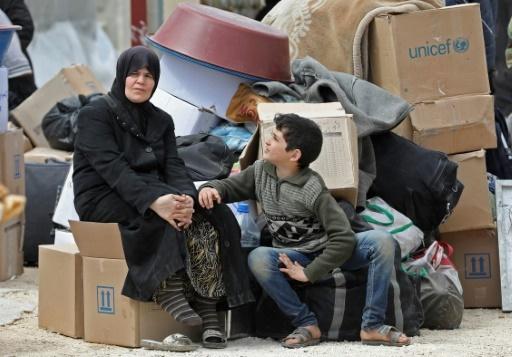 Un garçon évacué d'un fief rebelle près de Damas regarde une femme le 29 mars 2018 dans un camp de déplacés à Maaret al-Ikhwan, dans la province insurgée d'Idleb, dans le nord-ouest de la Syrie © OMAR HAJ KADOUR AFP