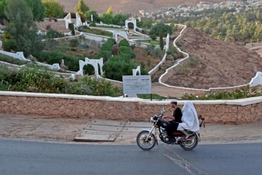 La route qui mène à Ksar Tafilelt, éco-cité auto-proclamée en Algérie, le 7 novembre 2017 © RYAD KRAMDI AFP
