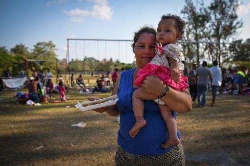 Une migrante avec son enfant dans les bras, partie dans la caravane qui devait se rendre aux Etats-Unis, le 4 avril 2018 au Mexique   © VICTORIA RAZO AFP
