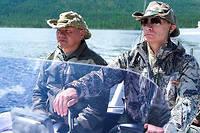 Vladimir Poutine et le ministre russe de la Défense, Sergei Shoigu, lors de vacances.  ©Kremlin.ru/east2west news/SIPA