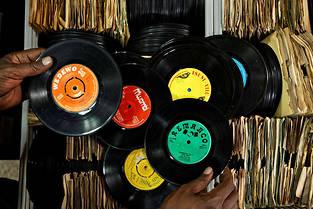 Les beaux 45 tours du Real Vinyl Guru, le dernier disquaire du Kenya, à Nairobi. ©Ben Curtis/AP/SIPA