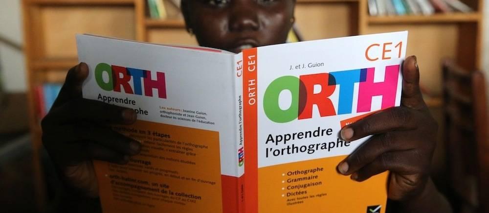 Un enfant togolais lit un livre dans une bibliothèque de La Chaîne de l'Espoir.  ©  GODONG / BSIP