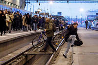 Sur les rails. Paris, 3 avril. C'est la cohue gare de Lyon, en ce premier jour de grève contre la réforme de la SNCF. Le trafic ferroviaire est très perturbé. Des centaines de passagers se pressent à la descente du RER. Pour éviter la foule, gagner du temps ou changer de quai, certains n'hésitent pas à descendre sur la voie. D'autres traversent, enfreignant les consignes de sécurité.  ©Francois Mori/AP/SIPA