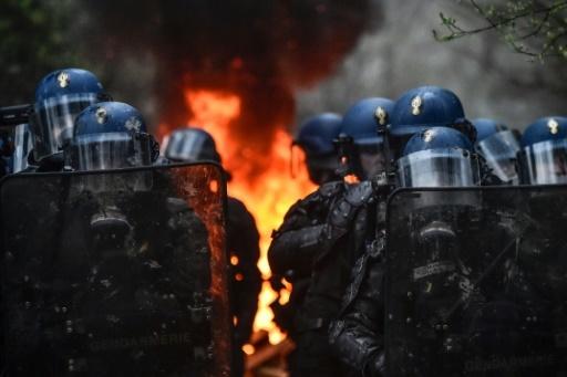 Les forces de l'ordre devant une barricade en feu, lundi 9 avril 2018, sur la ZAD de Notre-Dame-des-Landes © LOIC VENANCE AFP