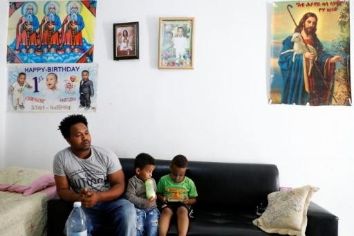 Flezdy, un Erythréen de 30 ans, qui vit en Israël avec sa femme et ses deux enfants depuis six ans et demi, dans sa maison à Tel-Aviv le 5 avril 2018 © JACK GUEZ AFP