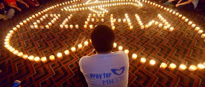 Des proches des disparus du vol MH370 leur rendent hommage, en avril 2014.
