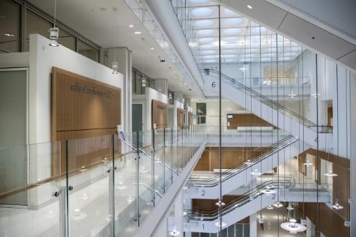 Un couloir du nouveau palais de justice de Paris, conçu par les architectes Renzo Piano et Bernard Plattner, dans le quartier des Batignolles, le 26 mars 2018 © CHRISTOPHE ARCHAMBAULT AFP