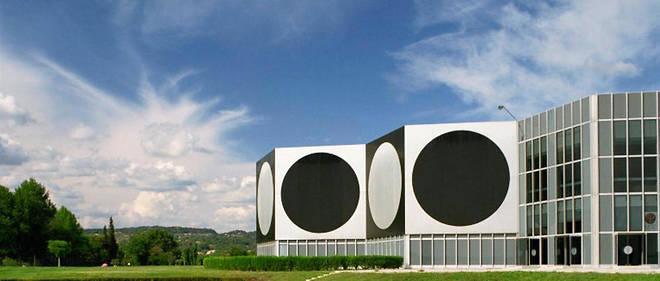 Le bâtiment futuriste et lumineux se tient toujours, majestueux, sur une butte de verdure face à la montagne Sainte-Victoire.