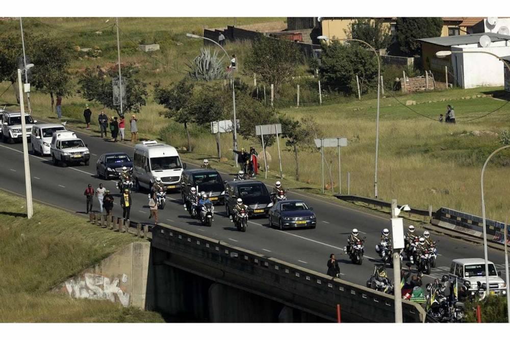 Le cortège funèbre se rend au stade. ©  Themba Hadebe/AP