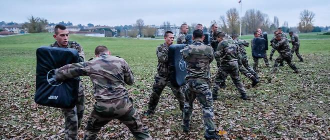 2017 Pres De 900 Desertions Dans L Armee De Terre Le Point