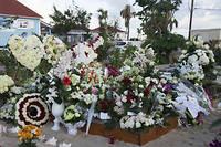 La tombe de Johnny est très fleurie par les nombreux visiteurs qui viennent rendre hommage au chanteur.  ©HELENE VALENZUELA