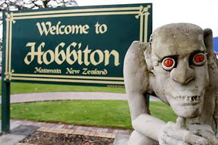 Une sculpture de Gollum en signe de bienvenue au village de Hobbitebourg, à Matamata.  ©Christine Cornege/AP/SIPA