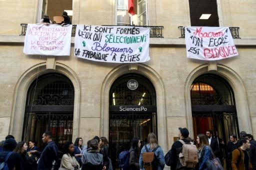 Des étudiants bloquent l'entrée de Sciences Po Paris le 18 avril à Paris en solidarité avec le mouvement de protestation dans les facultés © Bertrand GUAY AFP