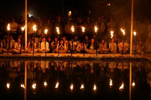 Des scouts israéliens allument des torches lors d'une cérémonie à Jérusalem, à l'occasion du jour du Souvenir qui rend hommage à la mémoire des soldats israéliens tués au service de leur pays ou dans les attentats, le 17 avril 2018 © MENAHEM KAHANA AFP