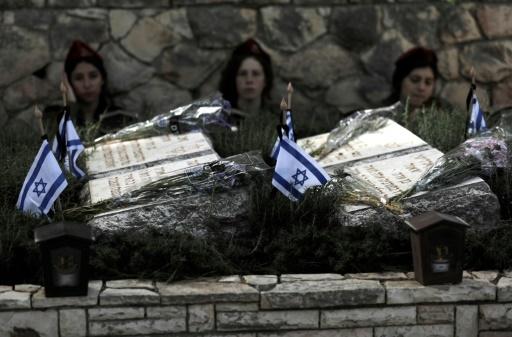 Des soldats israéliens se rendent au cimetière pour rendre hommage à leur camarades tués, à l'occasion du jour du Souvenir, à Jérusalem, le 18 avril 2018 © MENAHEM KAHANA AFP