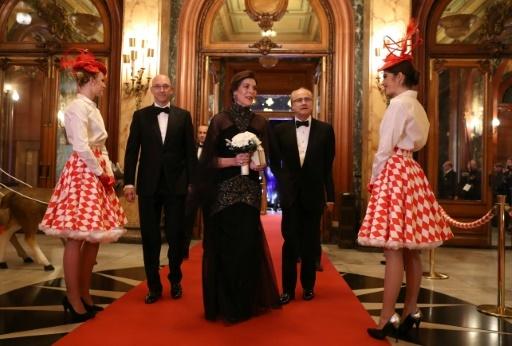 La princesse Caroline de Monaco entourée de Pascal Camia (G), responsable des Jeux à la SBM, et du directeur général du casino, Jean-Luc Biamonti, lors d'une soirée au casino en décembre 2017 © VALERY HACHE AFP/Archives