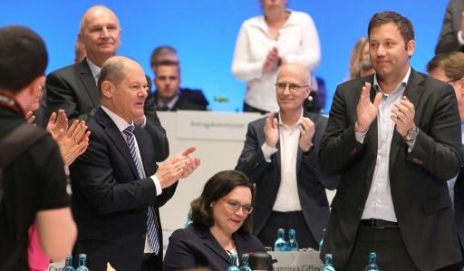 Andrea Nahles est applaudie par les dirigeants du SPD après son élection à la tête du parti, le 22 avril 2018 à Wiesbaden  © Daniel ROLAND AFP