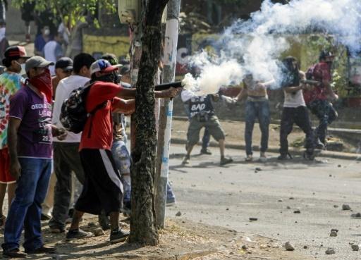 Affrontements entre étudiants et la police antiémeure à Managua, le 21 avril 2018 © INTI OCON AFP