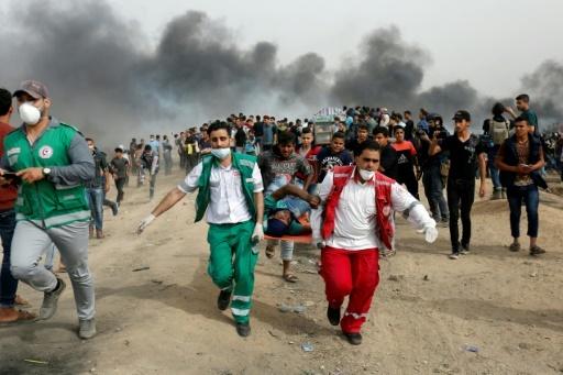 Les secours palestiniens évacuent un manifestant blessé lors d'affrontements avec les soldats israéliens le 20 avril près de la frontière entre la bande de Gaza et Israël. © MOHAMMED ABED AFP/Archives