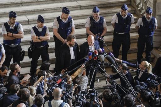 Sven Mary (C,D) and Romain Delcoigne (C,G), les avocats belges de Salah Abdelslam le 23 avril 2018 au Palais de justice de Bruxelles © THIERRY ROGE BELGA/AFP