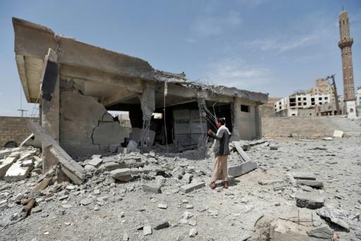 De Yéménites sur les lieux d'une frappe attribuée à la coalition menée par l'Arabie saoudite contre une centrale électrique à Sanaa, le 20 avril 2018 © Mohammed HUWAIS AFP