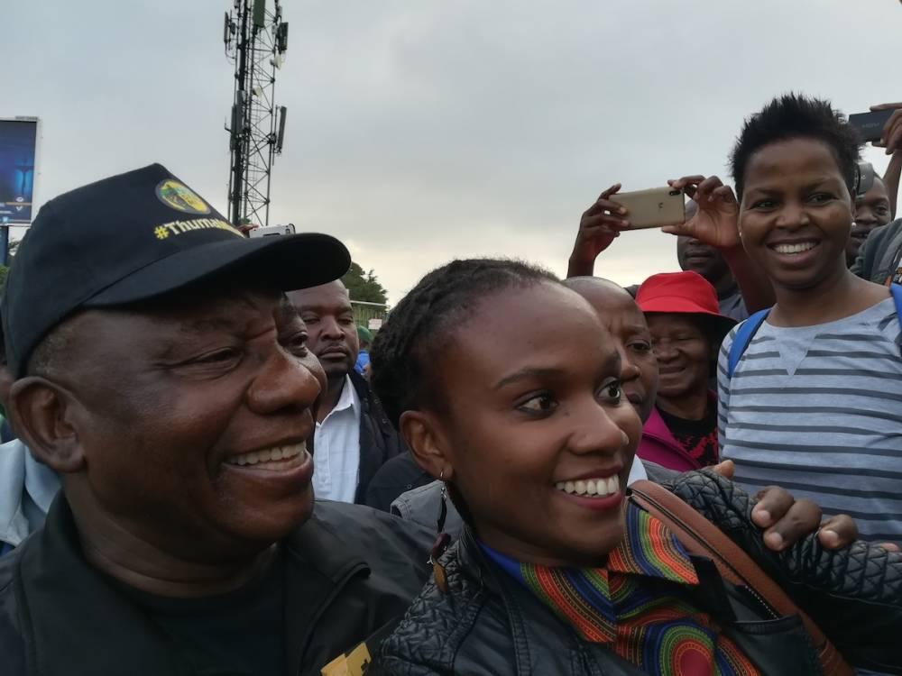 Les habitants de Soweto se prennent au jeu des selfies avec le président Ramaphosa qui a grandi dans leur quartier. ©  Claire Meynial