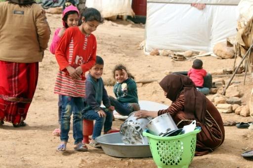 Une femme et des enfants syriens dans un camp de réfugiés dans la plaine de la Bekaa, le 8 mars 2018 au Liban © STRINGER AFP/Archives