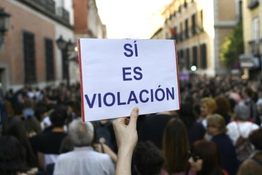 """Un manifestant brandit une pancarte avec l'inscription """"Oui, c'est un viol"""", le 26 avril 2018 à Madrid © GABRIEL BOUYS                     AFP"""