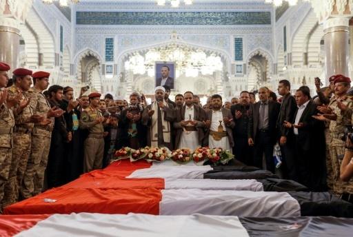Prières lors des funérailles du plus haut responsable politique Houthi, Saleh Al-Sammad, tué dans un raid ciblé revendiqué par la coalition menée par Ryad. Photo prise dans la capitale yéménite Sanaa le 28 avril 2018 © Mohammed HUWAIS AFP