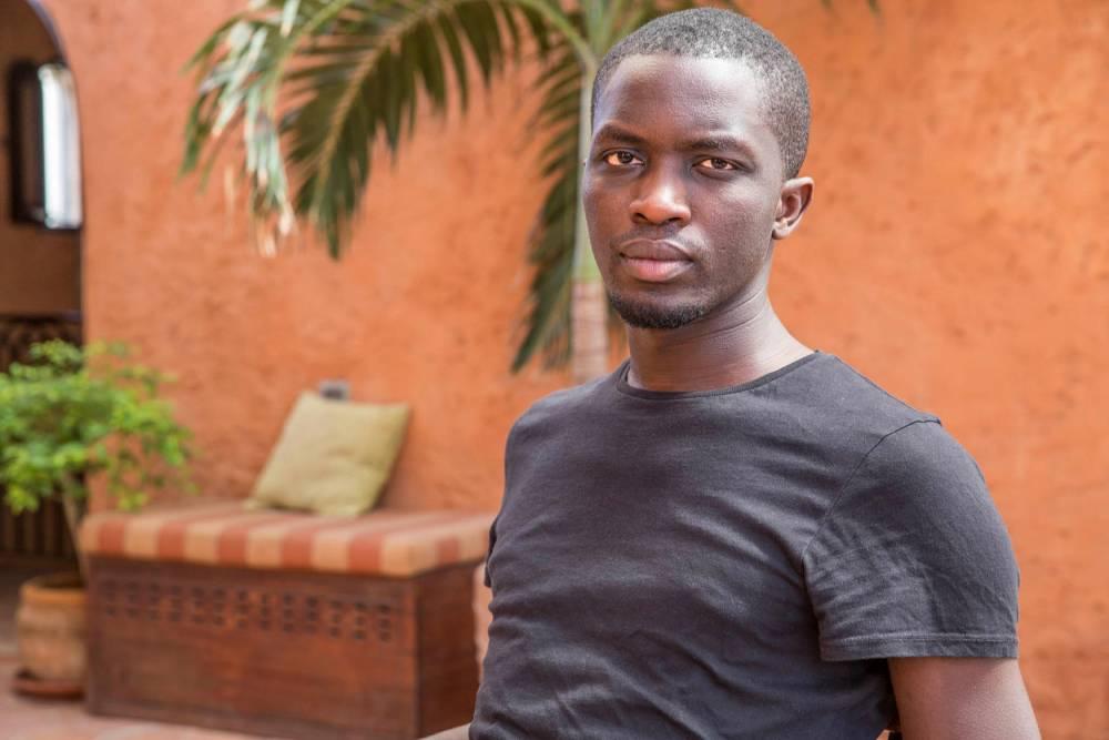 Mohamed Mbougar Sarr sur la terrasse de l'hôtel Djoloff à Dakar en 2017 ©  Antoine Tempé