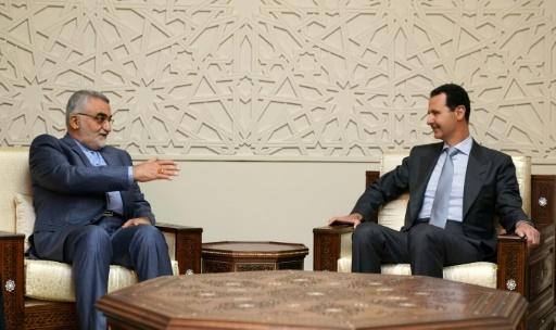 Photo distribuée par l'agence de presse officielle syrienne Sana montrant le président Bachar al-Assad et le responsable d'une délégation parlementaire iranienne Alaeddine Boroujerdi, le 30 avril 2018 à Damas © HO SANA/AFP
