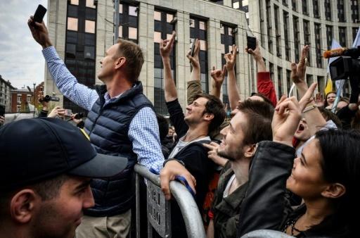 L'opposant russe Alexei Navalny prend un selfie avec des manifestants à Moscou, le 30 avril 2018 © Alexander NEMENOV AFP
