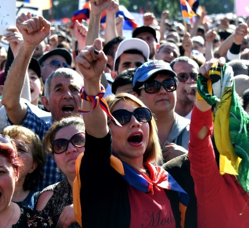 Des milliers de manifestants battent le pavé sur la place de la République, au coeur d'Erevan, pour soutenir l'opposant Nikol Pachinian © Vano Shlamov AFP