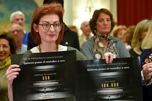 Des proches de victimes tuées par l'ETA lors d'une conférence de presse à San Sebastian, dans le nord de l'Espagne, le 2 mai 2018 © ANDER GILLENEA AFP