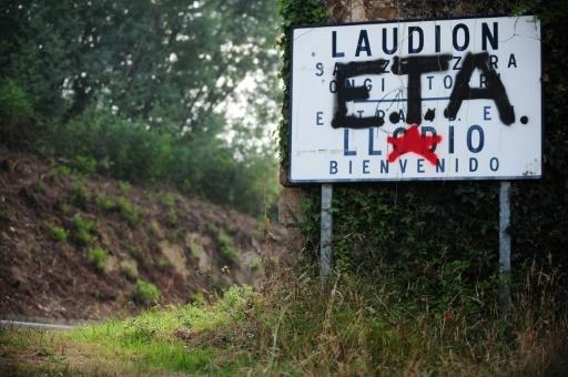 Sur cette photo du 6 septembre 2010, un graffiti en faveur de l'ETA recouvre un panneau annonçant la bienvenue aux visiteurs dans le village basque de Llodio. © Rafa RIVAS AFP/Archives