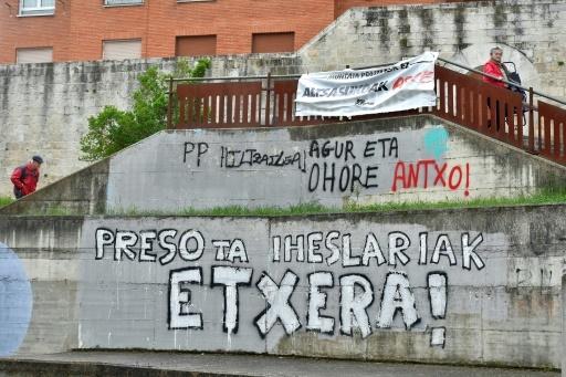 Des graffitis demandant le retour à la maison des prisonniers de l'ETA, le 3 mai 2018 à Agurain, en Espagne © ANDER GILLENEA AFP