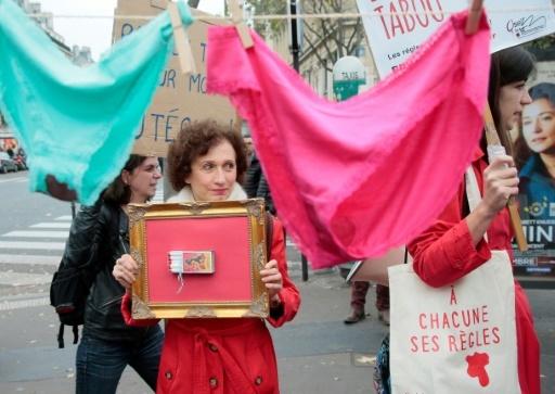 En 2015, grâce à la mobilisation de collectifs féministes, le taux de TVA appliqué aux protections hygiéniques avait été ramené à 5,5% © JACQUES DEMARTHON AFP/Archives