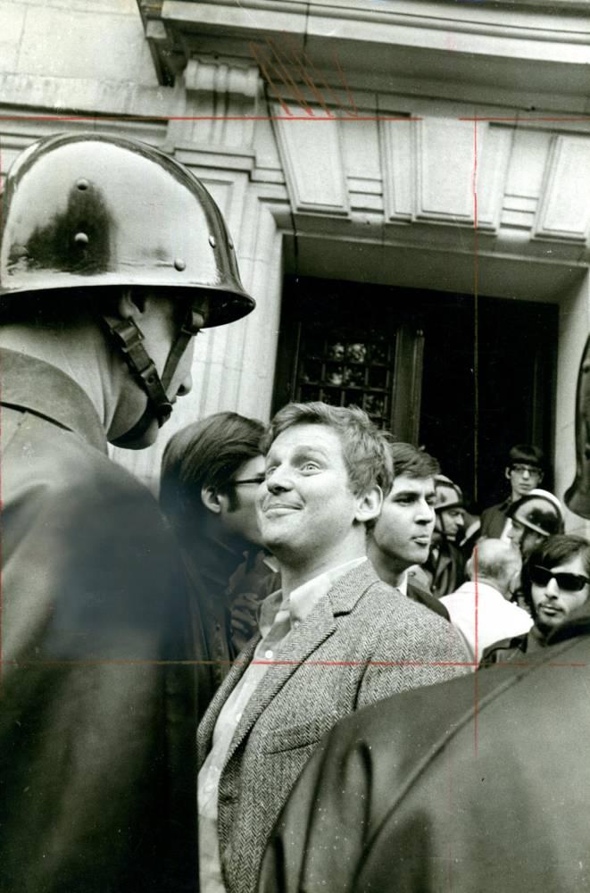 Cohn. Bendit face à un CRS devant la Sorbonne par Gilles Caron © Gilles Caron Fondation Gilles Caron
