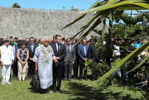 Le président Emmanuel Macron se recueille le 5 mai 2018 à Hwadrilla où ont été assassinés  le 4 mai 1989 les deux leaders nationalistes, Jean-Marie Tjibaou et Yeiwéné Yeiwéné par un indépendantiste radical © ludovic MARIN AFP