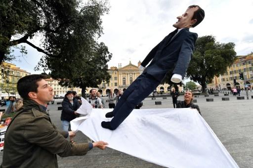 Une effigie du président Emmanuel Macron sur un drap lors du carnaval de Nice, le 4 mai 2018, à la veille de la Fête à Macron  © YANN COATSALIOU AFP