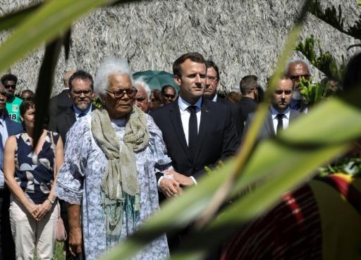 Le président Emmanuel Macron, aux côtés de Marie-Claude Tjibaou, assiste le 5 mai 2018 à une cérémonie au mémorial de Wadrilla où ont été assassinés  le 4 mai 1989 les deux leaders nationalistes, Jean-Marie Tjibaou et Yeiwéné Yeiwéné © LUDOVIC MARIN AFP