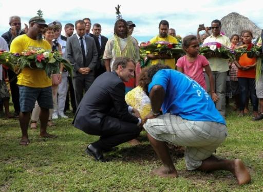 Le président Emmanuel Macron plante un arbre, le 5 mai 2018 à Ouvéa, avec les membres des familles des 19 Kanak tués en 1988 lors de l'assaut de la grotte d'Ouvéa,  © Ludovic MARIN AFP