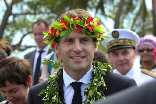 Le président Emmanuel Macron, une couronne de fleurs sur la tête, lors d'une cérémonie de bienvenue à Ouvéa, le 5 mai 2018 en Nouvelle-Calédonie © LUDOVIC MARIN AFP