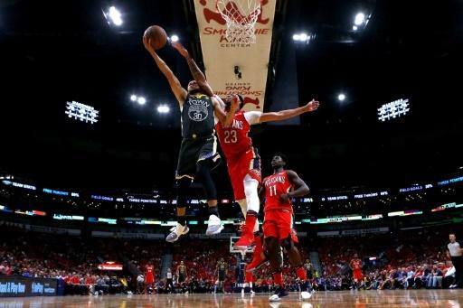 La star de Golden State Stephen Curry (g) dans un duel avec le joueur-vedette des Pelicans Anthony Davis, le 4 mai 2018 à La Nouvelle-Orléans © Sean Gardner GETTY/AFP